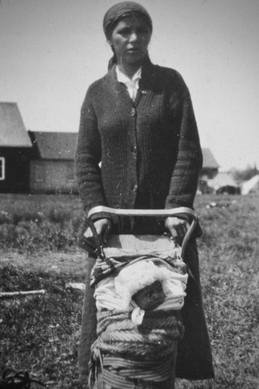 Mère et enfant porte-bébé Atikamekw