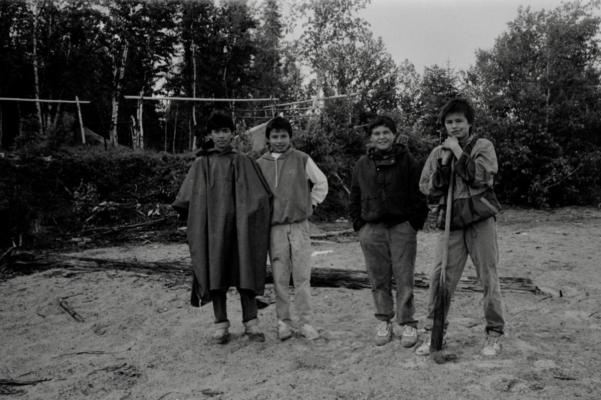 Jeunes ados Atikamekw dans le bois