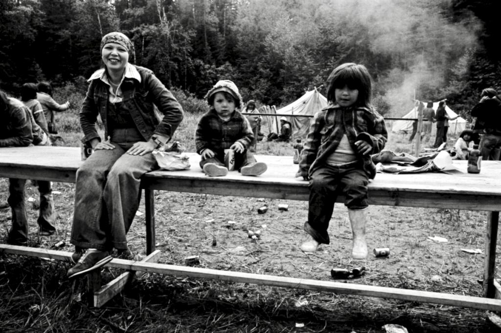 Mère et enfants épluchette de blé d'Inde