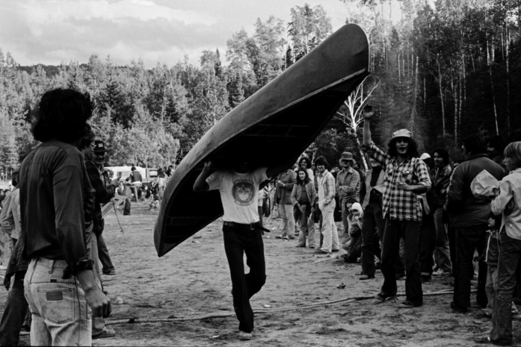 Arrivée gagnants course en canot
